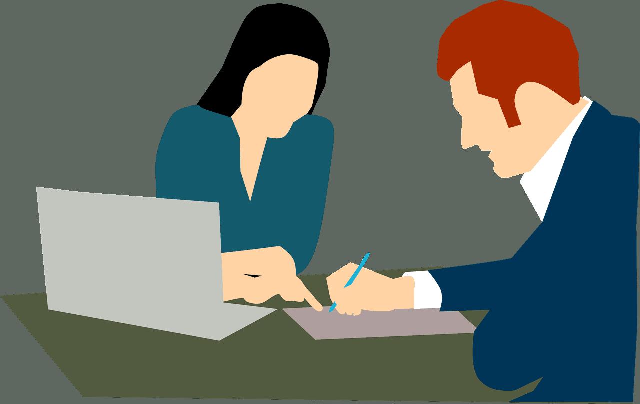 שני אנשים יושבים בשולחן
